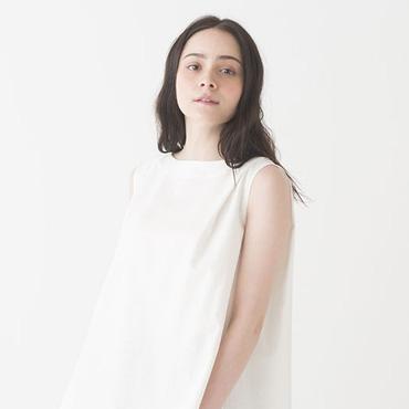 Sleeveless top/Pleated skirt